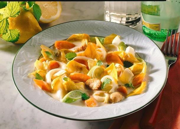 Chicoréeragout mit Ei, Möhren, Champignons und Porree Rezept