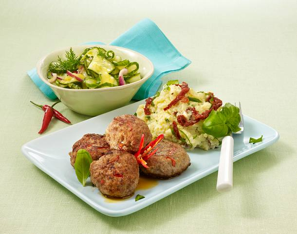 Chili-Frikadellen mit Tomaten-Kartoffelpüree und Gurkensalat Rezept
