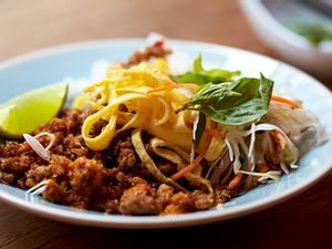 Chili-Zitronengras-Hack mit Eistreifen und Thai-Basilikum Rezept