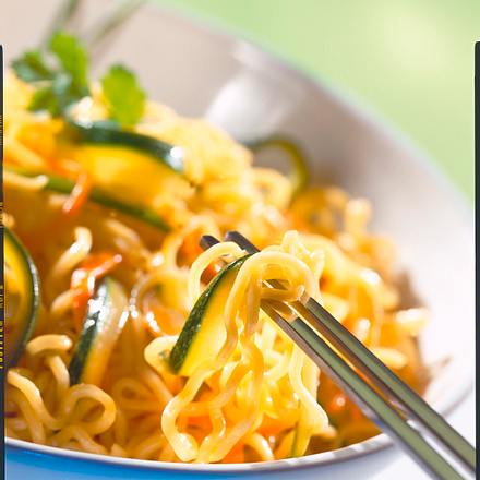 Chinanudeln mit Möhren-Zucchini-Gemüse Rezept