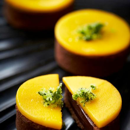 Chocolate & Coriander Tart with Mango Rezept