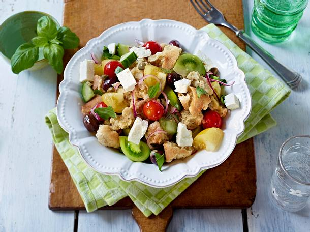 Ciabatta-Brot-Salat mit Tomaten, Oliven und Feta Rezept