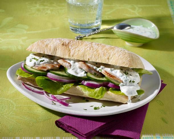 Ciabatta-Burger mit Schweinemedaillon, Gurke und Kräuter-Joghurt-Soße Rezept