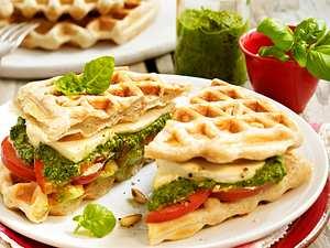 Ciabatta-Waffel-Sandwiches mit Pesto, Tomaten und Mozzarella Rezept
