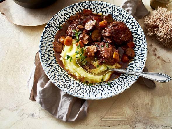 Coq au Vin mit Süßkartoffel und Salbeikartoffelstampf Rezept