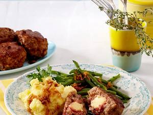 Cordon-bleu-Frikadellen mit grünen Bohnen und Stampfkartoffeln Rezept