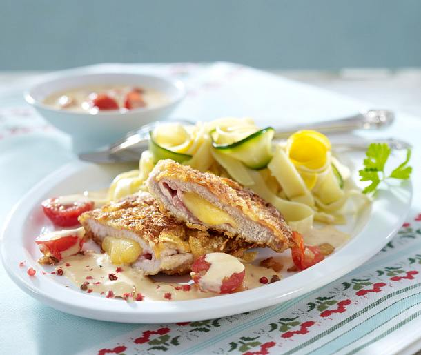 Cordon bleu mit Cornflakeskruste zu Zucchini-Nudeln und Tomatensoße Rezept