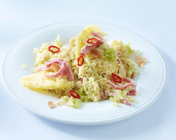 Couscous (aus eins mach drei) mit Ananas, Kochschinken, Staudensellerie und Mandelblättchen Rezept
