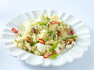 Couscous mit Schafskäse, Lauchzwiebeln, Peperoni und Cashewkernen Rezept