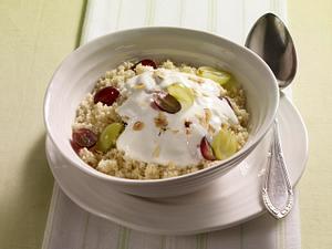 Couscous-Müsli mit Weintrauben, Joghurt und Haselnussblättchen Rezept