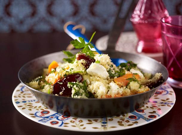 Couscous-Pfanne mit Datteln, Schafskäse, Möhren und Spinat
