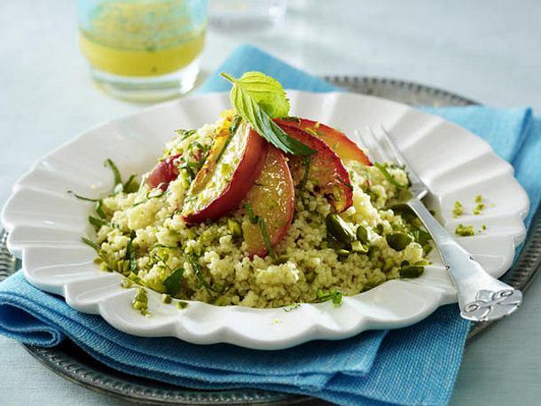 Couscous-Salat mit gebratenen Pfirsichspalten und Orangendressing Rezept