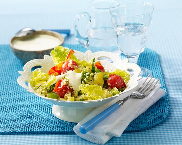 Couscous-Salat mit Paprika, Tomaten und Römersalat mit Quarkdip Rezept
