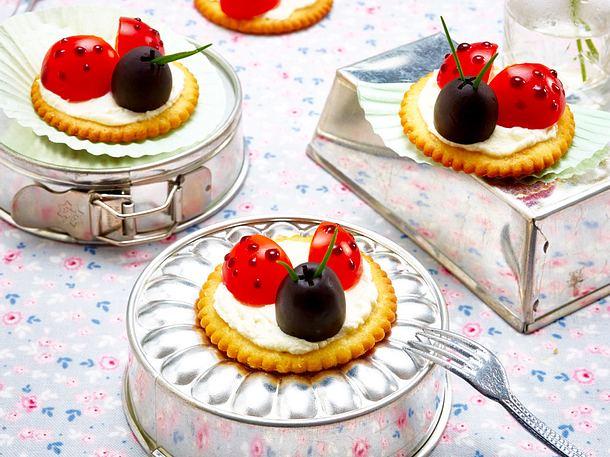 Cracker mit Tomaten-Marienkäfern Rezept