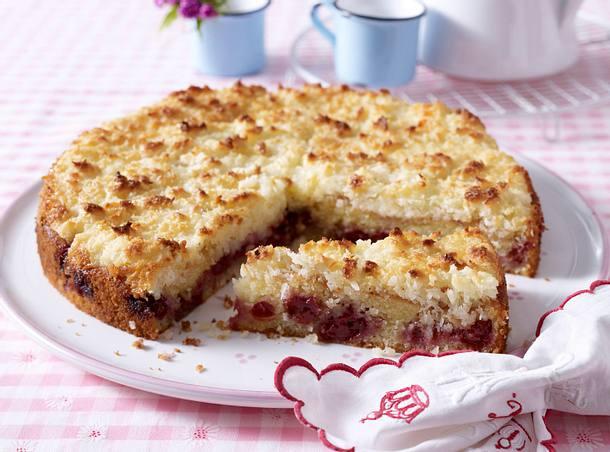 Crème fraîche Kuchen mit Kirschen und Crème fraîche-Kokos-Haube Rezept