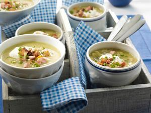 Cremige Erbsensuppe mit Fleischwurst und Bauernbrot-Croûtons Rezept