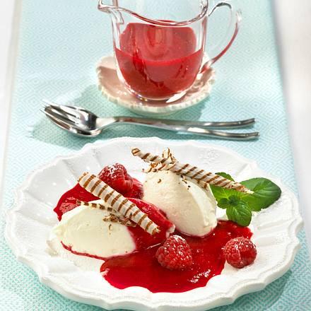 Cremige Joghurt-Vanille-Nocken mit Himbeeren und Schokoröllchen Rezept