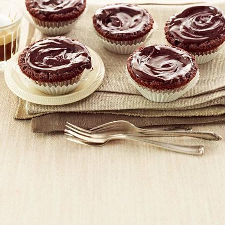 Cremige Schoko-Muffins mit Sahne und Schokodekor Rezept