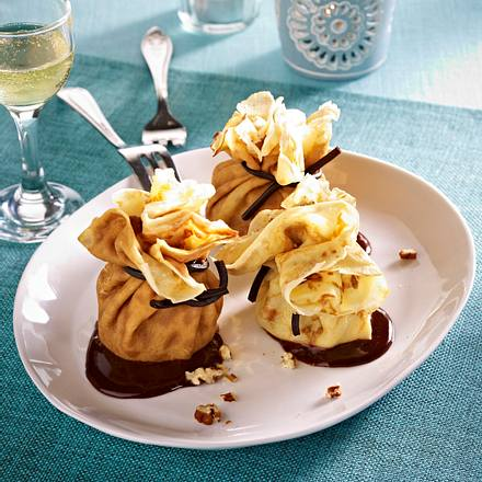 Crêpe-Päckchen mit Vanilleeis, Schokoladensoße und Pecannüssen Rezept