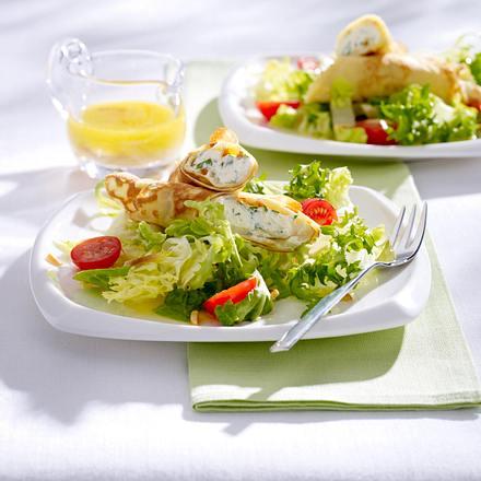 Crêpe-Röllchen mit Bärlauch-Frischkäsecreme auf Blattsalat mit Kirschtomaten und Mandel-Vinaigrette Rezept