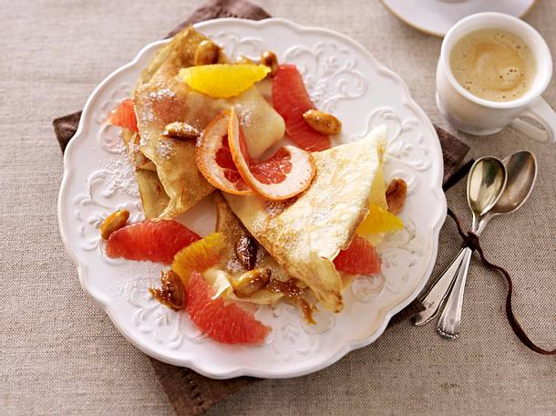 Crêpes mit Grapefruit-Orangen-Salat mit gebrannten Mandeln Rezept