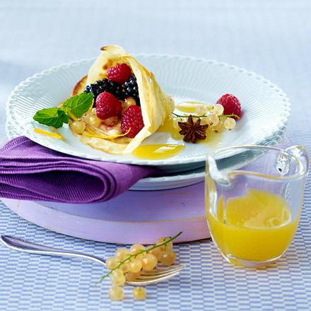 Crêpes mit Orangensoße und marinierten Beerenfrüchten Rezept