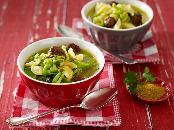 Curry-Porree-Eintopf mit Nudeln und Hackbällchen Rezept