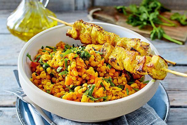 Currylinsensalat mit Hähnchenspießen