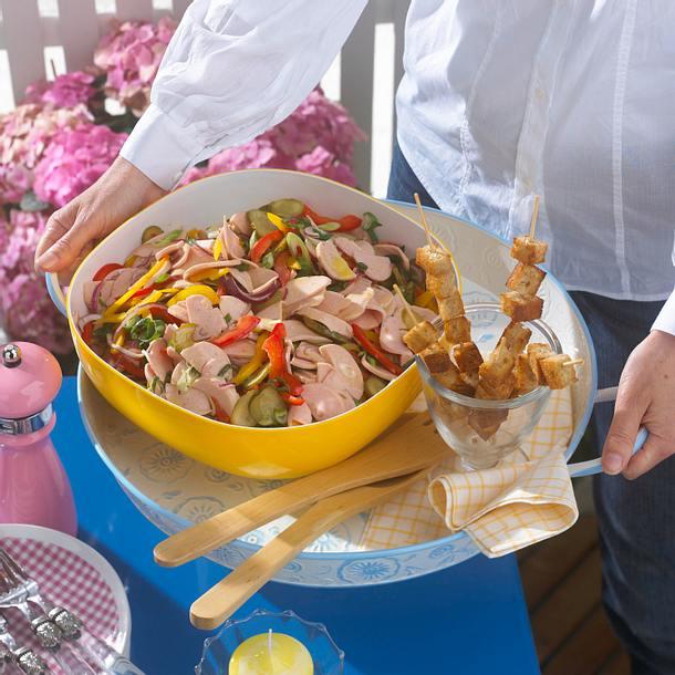 Deftiger Wurstsalat mit Brotspießen Rezept