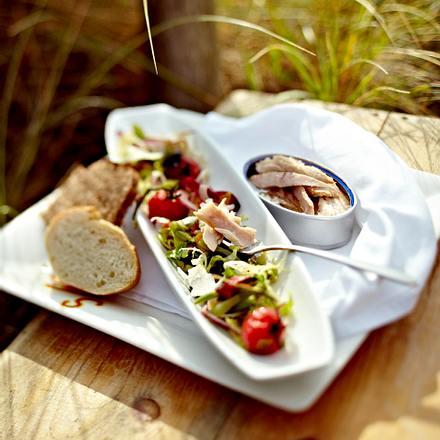 Der beste Büchsenthunfisch der Welt mit Salat Nizza und Baguette Rezept