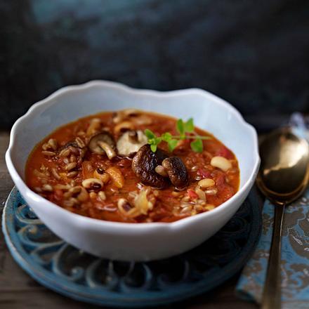 Dinkel-Tomaten-Ragout mit Gelbwurz, weißen Bohnen und Shii-Take-Pilzen Rezept