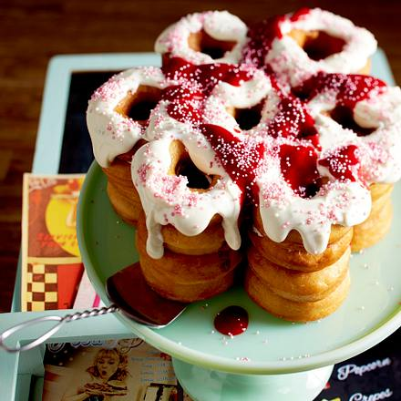 Donut-Torte mit Frischkäsecreme mit Himbeerpüree Rezept