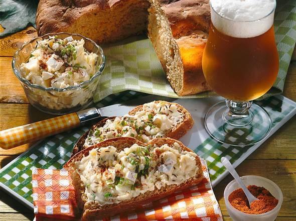 Dunkles Möhren-Zwiebel-Brot mit Obatzter Rezept