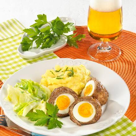 Eier im Hackmantel zu Kartoffelpüree und Rahm-Spitzkohl Rezept