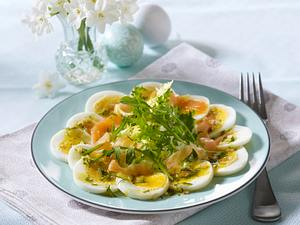 Eiercarpaccio mit Dillvinaigrette und geräuchertem Lachs auf Salat Rezept
