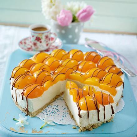 Eierlikör-Cheesecake mit Aprikosen und Schokostreifen