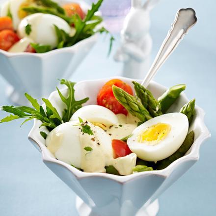 Eiersalat mit grünem Spargel, Kirschtomaten, Rauke, Kerbel und Senf-Creme-Fraiche Rezept