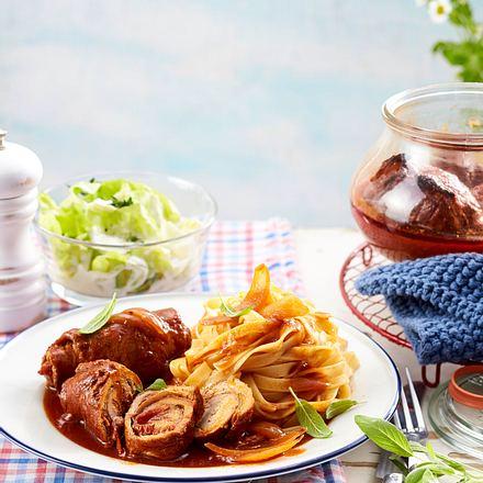 Eingekochte Schweineröllchen in Tomatensoße Rezept
