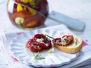 Eingelegte getrocknete Tomaten mit Knoblauch, Rosmarin, Olivenöl und grobem Meersalz Rezept