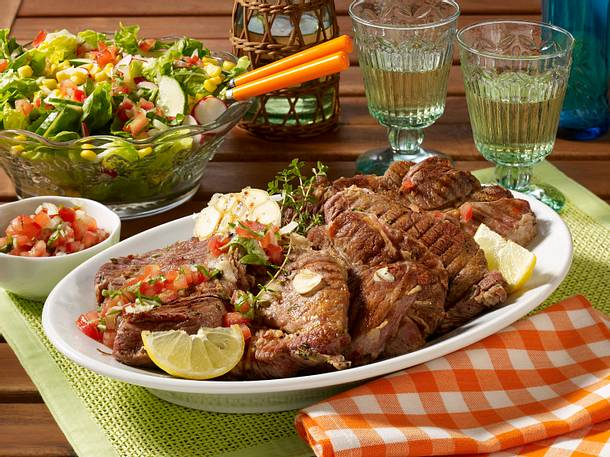 Eingelegte Nackensteaks vom Grill mit Tomaten-Salsa und gemischtem Salat Rezept