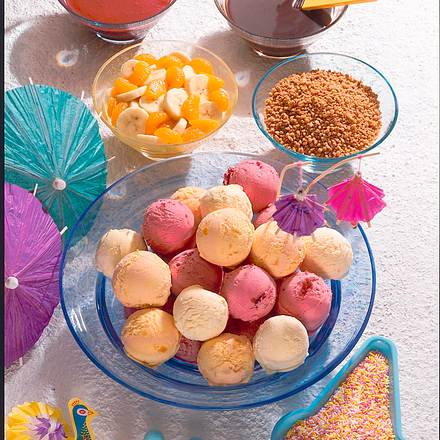 Eiskugeln mit verschiedenen Beilagen Rezept