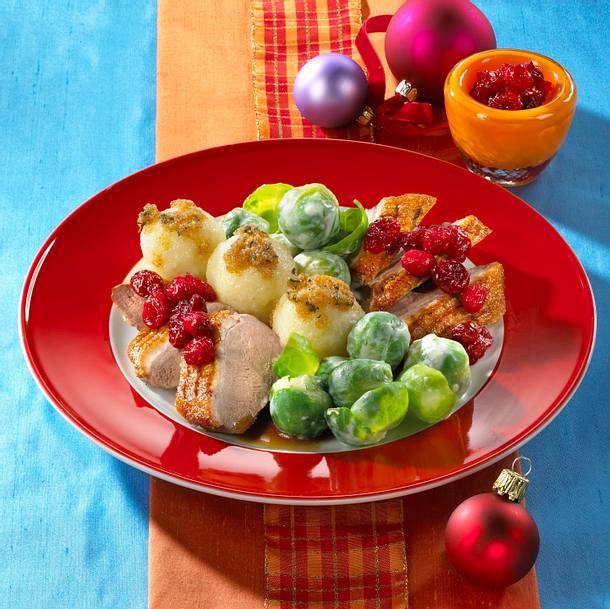 Entenbrust mit Knödeln, Cranberrysoße und Rahmrosenkohl Rezept