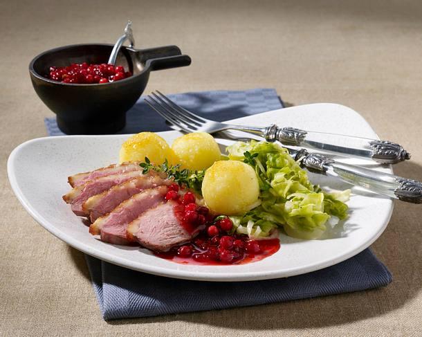 Entenbrust mit Preiselbeer-Karamellsoße und Spitzkohlgemüse Rezept