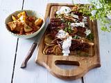 Entrecote mit frittierten Zwiebelringen zu Patatas Bravas und Joghurt-Dip Rezept