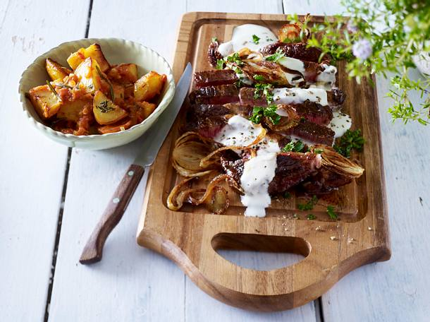 Entrecôte mit gerösteten Zwiebeln und Patatas bravas Rezept