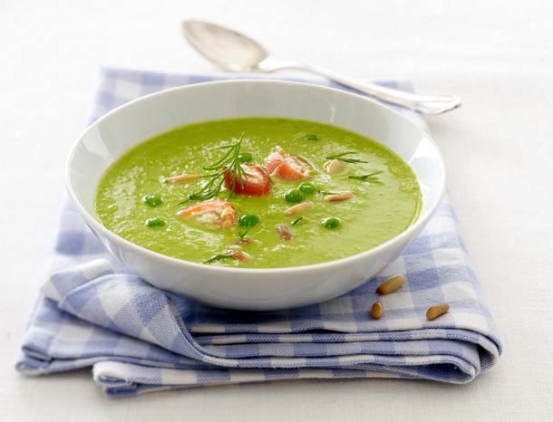 Erbsen-Cremesuppe mit Lachs-Meerrettich-Röllchen, Pinienkernen und Dill Rezept