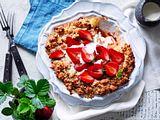 Erdbeer-Apfel-Crumble mit Rosmarin-Überraschung Rezept