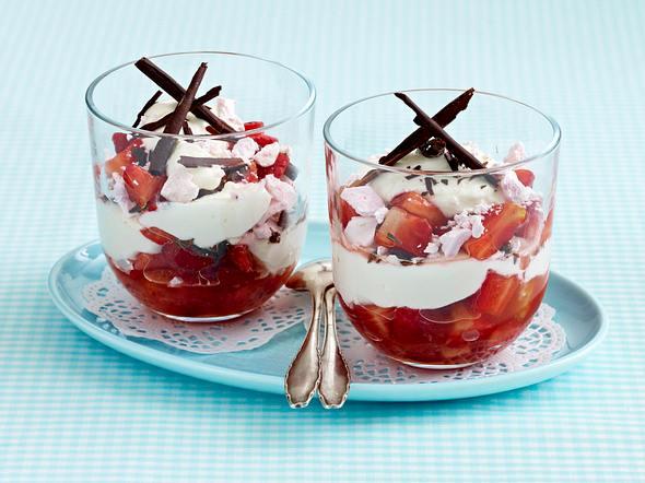 Erdbeer-Baiser-Becher mit Schokosplittern Rezept