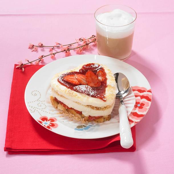 Erdbeer-Dickmilch-Tiramisu mit kandierten Rosenblüten Rezept