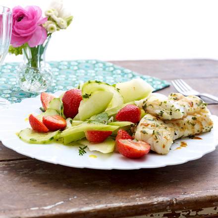 Erdbeer-Gurken-Salat mit Fischfilet Rezept